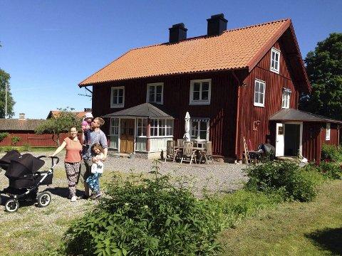 DELING: Anna Tynderfeldt, Markus Odenhammer og deres to barn Lova og Elis deler hus med Markusí to søsken og deres familier.