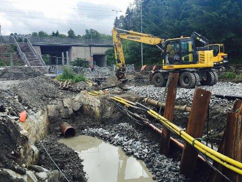 ØB tok turen til byggeplassen tirsdag formiddag. Det er mye arbeid som gjenstår før veibanen kan åpnes igjen. Selv om ikke bilde viser det, så er det to arbeidere i den ene gravemaskinen.