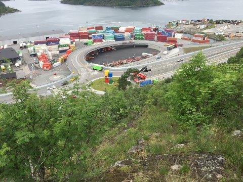Det måtte en stor bil med kran til for å fjerne den veltede traileren ved Sjursøya.
