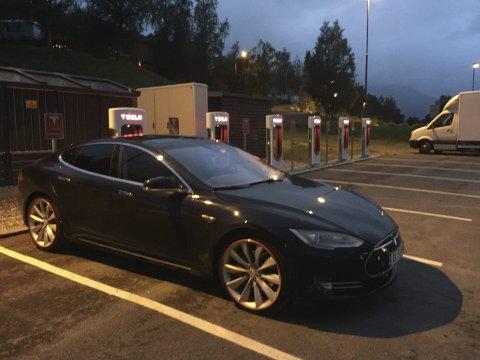 Superladere: Tesla har egne stasjoner. Med en halvtimes lading på disse nye ladestasjonene, kan man kjøre 270 kilometer.