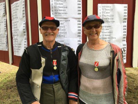 FORNØYDE: Ivar og Torhild Liseter kunne stolt posere med hver sin medalje etter banefinalen i Veteran 65.