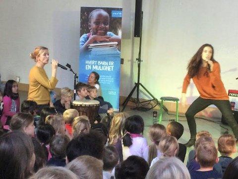 SKOLE FOR ALLE: TV-aksjonen skal gi skolegang og håp til barn der krigen raser. Her er det sangerne Benedikte Kruse og Nina E. Mortvedt som underholder barna på Vevelstadåsen.