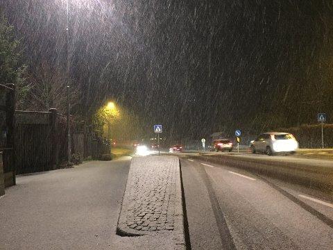 Det uventede snøfallet fredag skapte litt ekstra utfordringer i trafikken. Det skal snø mer natt til tirsdag, så kjør pent.