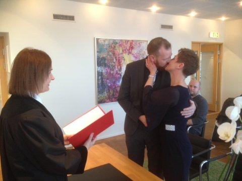 NYGIFTE: Svein Ole Hundsnes og Monica Kristoffersen ble viet av administrasjonssjef Eva-Margrethe Alstad i Follo tingrett bitte lille julaften.