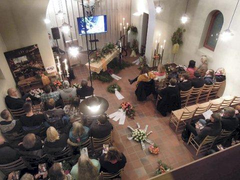 I sindres ånd: Sykkel, snekkerbenk, slideshow og teknomusikk inngikk i hyllesten i kapellet. FOTO: JØLSTAD BEGRAVELSESBYRÅ