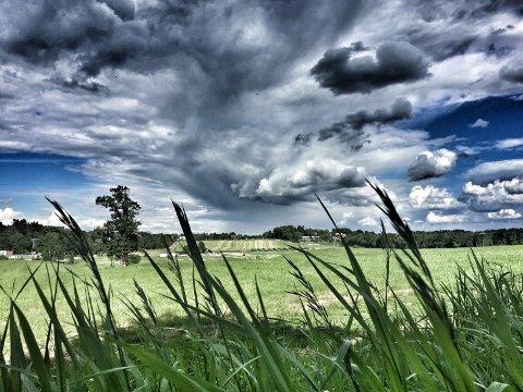 MYE VÆR: Det kan bli heftig regn og torden over distriktet fredag, men det blir mest sannsynlig veldig lokalt.