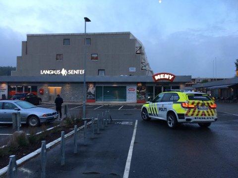 UNGDOMSVOLD: Politiet er her på plass ved senteret på Langhus søndag kveld.