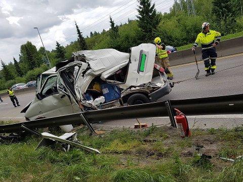 Det kunne gått svært ille dersom sjåføren ikke hadde vært ute av bilen sin da lastebilen krasjet inn i bilen. ØB bruker bilder med tillatelse fra sjåføren.
