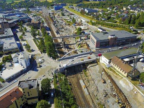 Snart ferdig:  Dette bildet av Nordbyveien bro og sentrum er fotografert med drone fredag 31.juli. FOTO: Røer Production