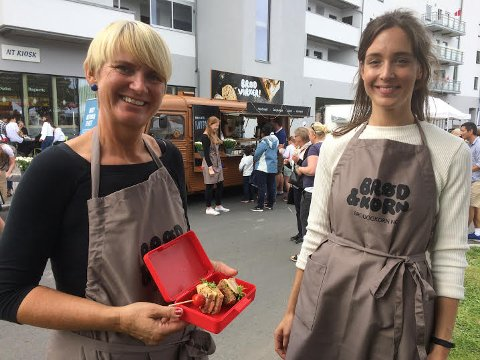 GOD MATPAKKE: Torunn Nordbø og Eilin Lundekvam By fra Opplysningskontoret for brød og korn slår et slag for den gode matpakken med grovt brød med sunt pålegg.