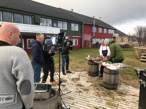 I AKSJON: Arne Brimi lærer Aksel Lund Svindal hvordan fisken skal håndteres. Dag Vidar Hopøy (i midten) filmer det hele.