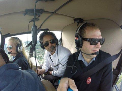 HELIKOPTER: Sammen med Helge Marstrander fra Stopp Støyen, fløy Abid Raja (V) over nærområdene til det planlagte beredskapssenteret torsdag.