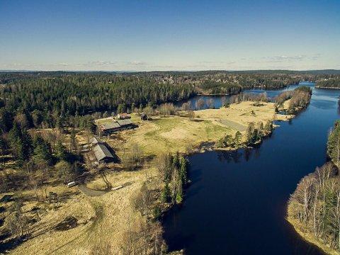Idyll: Mjøvik Gård ligger flott til på en odde mellom Mjøvika og Langenvannet i Ski kommune.
