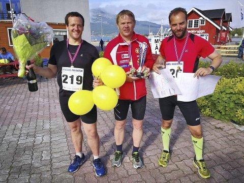 I MÅL: Tre stolte og glade gutter et at nok et maraton er fullført. Fra venstre Ronny Kristiansen fra Kråkstad, i midten Jon Weydahl fra Drøbak og Jan Billy Aas fra Kråkstad. Etter målgang overrakte Team Ronny og Jan Billy en spesiallaget pokal til Jon, som løp sitt maraton nummer 100. FOTO: PRIVAT