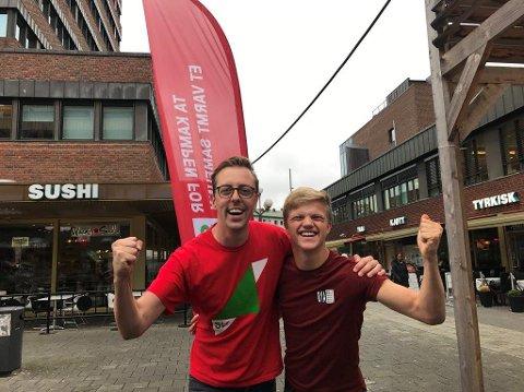 BRAKVALG: Leder for Akershus SU, Balder Olafsen, og 1. kandidat for Akershus SV, Nicholas Wilkinson, er strålende fornøyd med resultatene fra skolevalgene i Follo.