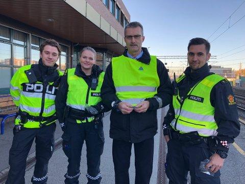 P ÅPLASS: Oddgeir Blokkumi Trygg Trafikk (Nummer tre fra venstre) delte ut reflekser sammen med politiet på Ski stasjon i morgentimene i dag.