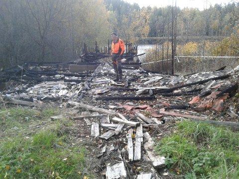 BRANNTOMT: Kommuneskogenes oppsynsmann Svein Gustavsen på branntomta ved Assurtjern.
