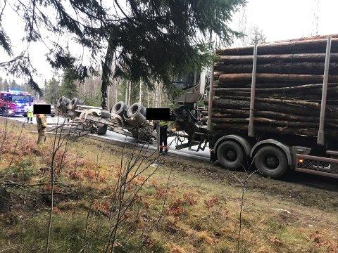 FIKSET TING SELV: Etter velten tok føreren ansvar og dirigerte trafikken og fikk tømmeret vekk.