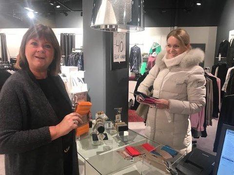 TIDLIG START: Rett etter klokken 0700 har Frøydis Vandvik Løvdal gjort unna noen julegaver. Ranveig Ofstad syns det er hyggelig at kundene benytter seg av tidlig åpningstid.