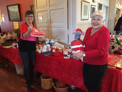 JULEDISK: Wenche Bjørnstad (til venstre) og Ella Walle ved fjorårets flotte juledisk.
