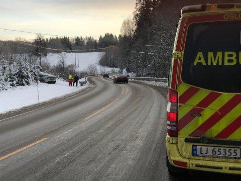 En bil har kjørt av veien i bakken ved Durud. Foto: Gro Arneberg Thoresen (Enebakk Avis)