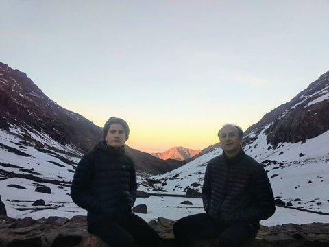 Her er sønnen Mats og Paal ved fjellhytta hvor de overnattet på 3200 meter.