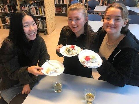 KAKEFEST: Celine Ytternes, Marte Refsdal og Hanna Hærum syns det er flott at skolen gjør noe ekstra ut av 50-årsjubileet.
