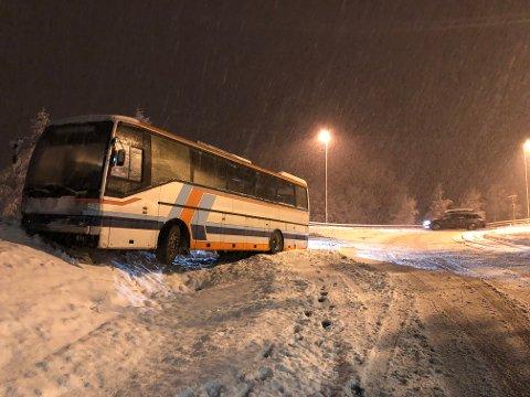 I Holstadkrysset kjørte en buss av veien.