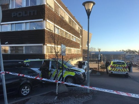 FULL ALARM: Etter at den mistenkelige brevsendingen ble åpnet på Follo politistasjon, ble bygningen evakuert.