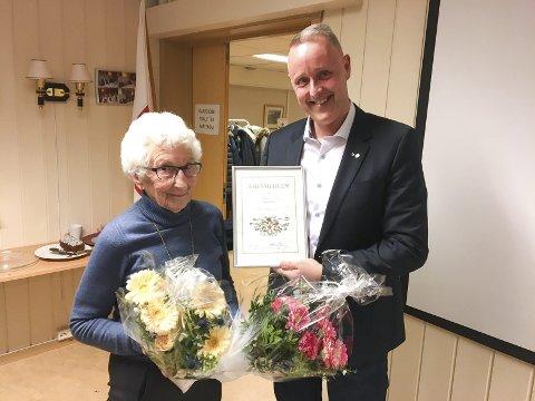 HEDRET: Unni Kay ble utnevnt til æresmedlem i Ski Røde Kors på årsmøtet mandag av nyvalgt leder Knut Alstad. Det andre æresmedlemmet, Berit Storborg, var ikke til stede da bildet ble tatt.