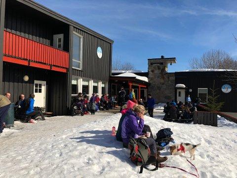 KOS: Mange benyttet seg av en velfortjent pause i hytteveggen på Vangen skjærtorsdag.