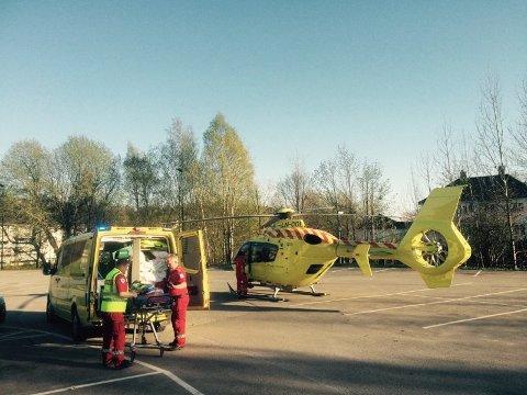 Ambulanse fraktet den forulykkede til Frogn rådhus der redningshelikopteret ventet. Foto: Amta