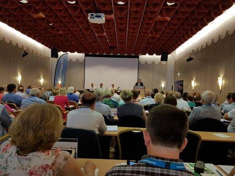 STORSAL: Rundt 240 delegater var til stede i Fredrikstad i helgen. Her Ulf Leirstein på talerstolen.