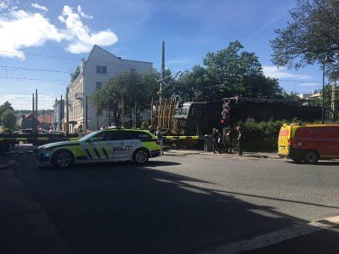 FULL STOPP: Bilen ble stående mellom bommene på nordre overgang da godstoget kom.