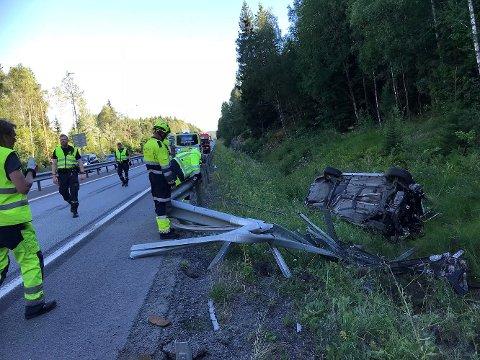 HAVNET PÅ TAKET: En bil havnet i kveld på taket ved E18 på Svartskog.