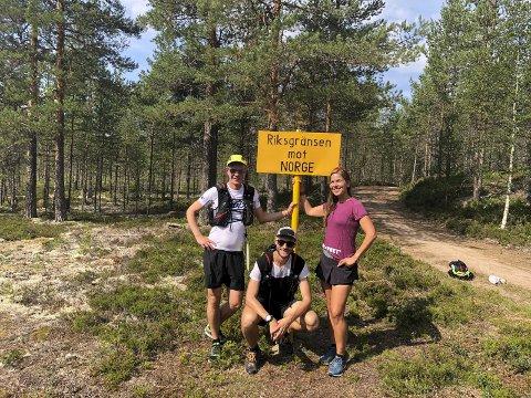 EVENTYRERE PÅ TVERS: Jon Ilseng, Janicke Bråthe og Kim Johannesen skal løpe 600 km tvers over Norge på tre uker. Starten gikk ved Støa kanal ved svenskegrensen, i trysiltraktene. Trioen har allerede tilbakelagt godt over 100 km.