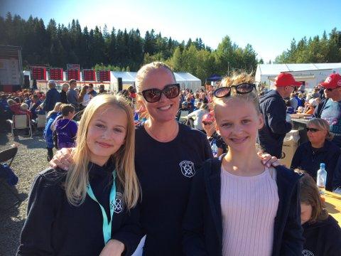 Jentenes dag: Torunn Heiaas omgitt av blide rekrutt-finalister, Mathilde til venstre og Emma til høyre.