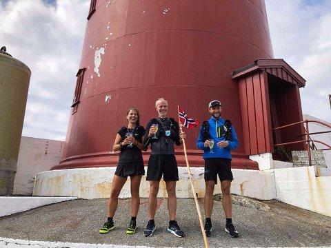 BERUSENDE: Starten gikk 20. juli, 7. august kunne løpetrioen Jon Ilseng, Janicke Bråthe og Kim Johannesen kjenne den berusende følelsen det er å nå det hårete målet - 660 km tvers over Norge - da de nådde endestasjonen Utvær fyr.