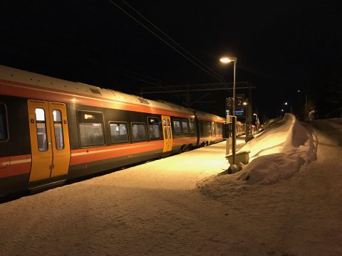 STOPP: Her står L22 på Solbråtan stasjon på vent på vei mot Kolbotn.