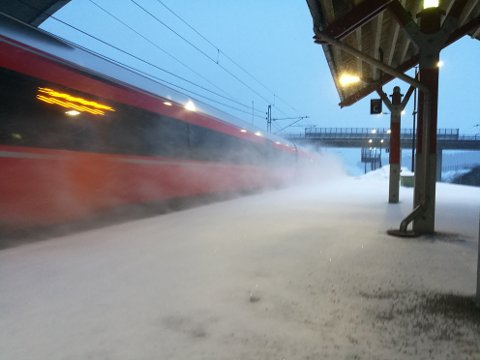 LETT: Det kommer til å snø jevnt og trutt utover søndagen. Men det blir lett snø. Her fra Sonsveien stasjon søndag morgen.
