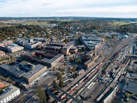 VOKSER OG VOKSER: Ski sentrum vokser. Her ser du byen vår fra fugleperspektiv.