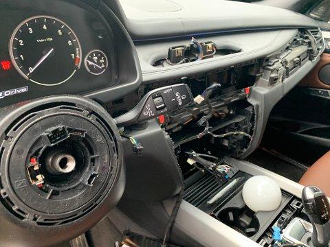 TØMT: Slik så dashbordet ut da Erik Helli fant bilen sin tirsdag morgen.