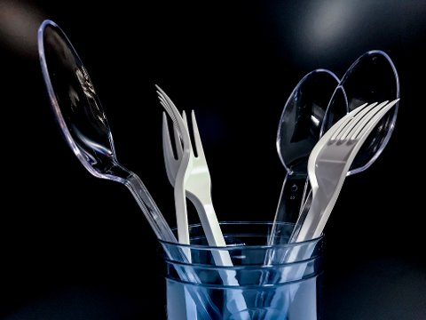 VIL FORBY: Miljødirektoratet foreslår å forby flere engangsartikler av plast i Norge. Direktoratet foreslår blant annet å forby engangsbestikk i plast.