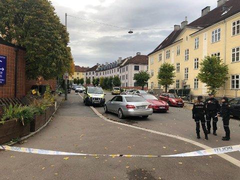 Politiet bevæpnet seg og rykket ut med store styrker da en bevæpnet mann tok kontroll over en ambulanse i Oslo tirsdag.
