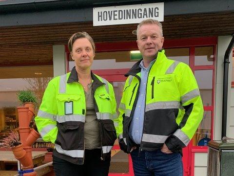 I BOKS: Gry Larsen og avdelingsleder Lars Erik Andersen i Ski kommune har samarbeidet med Kay Pedersen i Oppegård kommune om kontrakten.