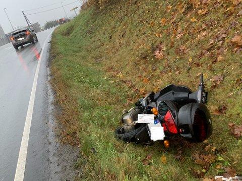 GRØFT: Mopeden lå i en grøft i Drøbak.