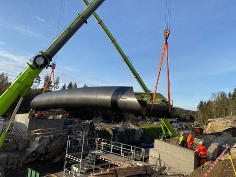 Som følge av at nye beregninger, som viste at det måtte to kraner til for å heise den 22 tonn tunge broen på plass, ble monteringen noen timer forsinket.