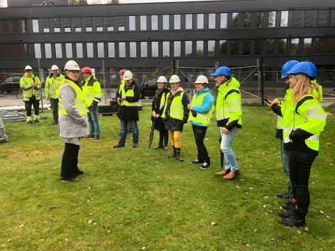 STILTE OPP: Flere møtte opp til den hyggelige markeringen av oppstart på byggeplassen i Ski idrettspark.