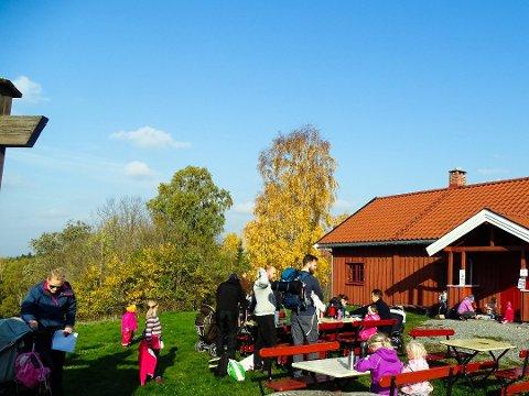 IKKE ÅPNET: Normalt har Stuene, som ligger i Nøstvedtmarka og som driftes av Nordby 1 Speidergruppe, åpent fra oktober og frem til påske. I år lar åpningen latt vente på seg.