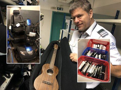 Renner inn: Områdeleder Anders forteller at det kommer inn de utroligste gjenstander til hittegodskontoret. Her viser han fram en ukulele som ennå ikke er blitt hentet.
